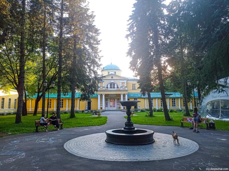 Главный дом усадьбы Братцево и фонтан перед ним. Москва