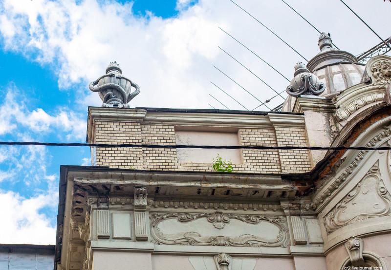 """""""Беседующие змеи"""" - одна из деталей особняка Бардыгиной (посольство Индии). Москва"""
