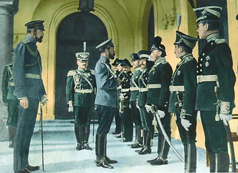 Император приветствует первый выпускников первой летной школы (Ноябрь, 1911)