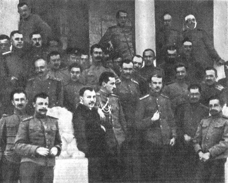 Качинцы П.Н.Нестеров (в первом ряду третий справа) в гостях у качинцев (в штатском костюме-М.Н.Ефимов)