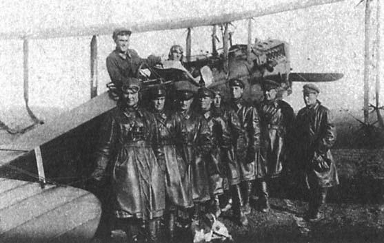 1929 г. Качинская школа летчиков. Инструктор и его летная группа. В кабине Судец, готовится сдавать летные ...