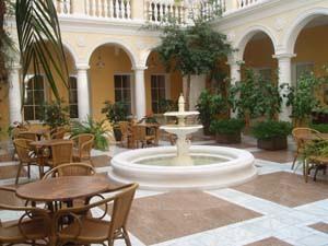 итальянский дворик гостиницы после реконструкции