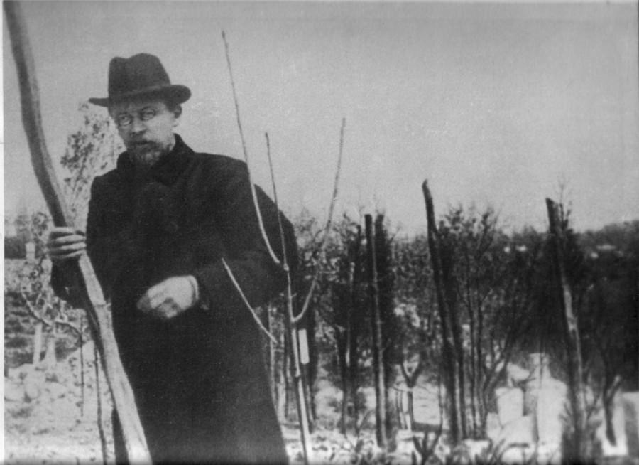 А.Чехов сажает деревья в саду на Белой даче в Ялте