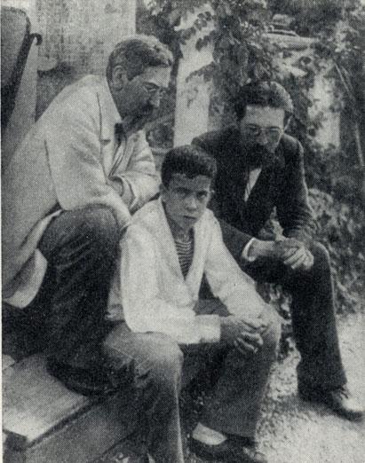 С академиком Н. П. Кондаковым и его сыном (Ялта, 1900)