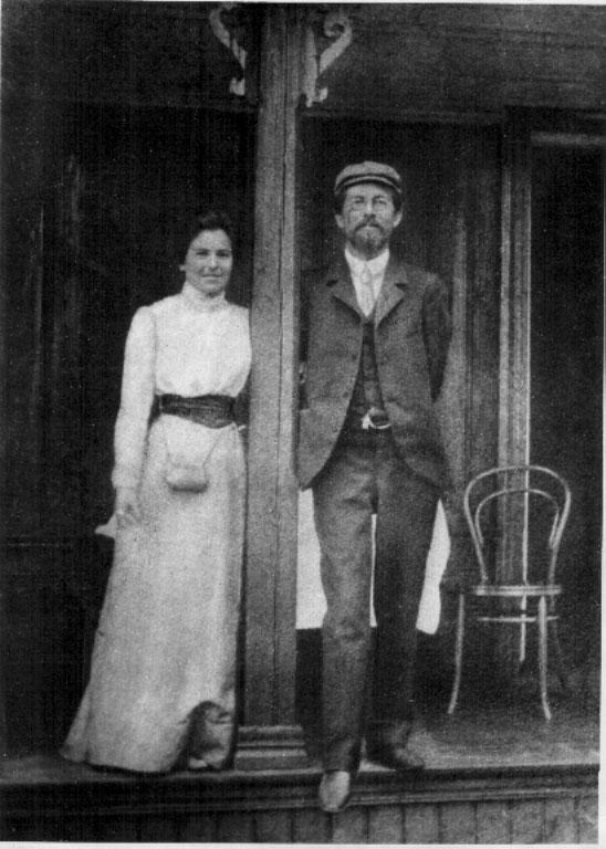 с женой О.Книппер на веранде дачи (1901г.)