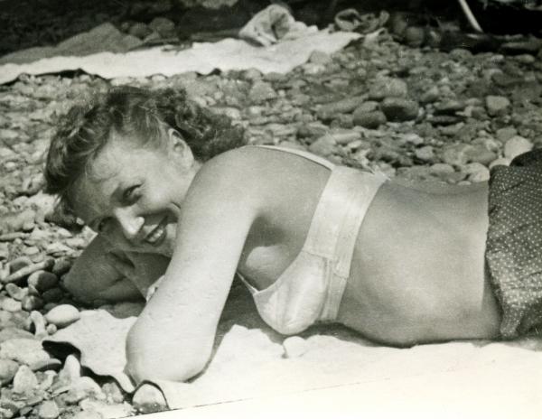 крымчанка Валентина Осипова на золотой пляже у Ласточки (1957 год)