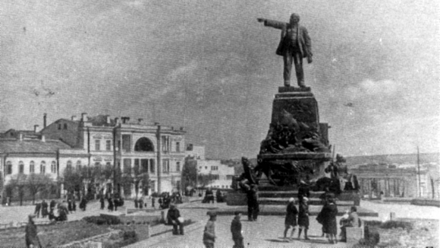 1931 - Ленин на пьедестале Нахимова