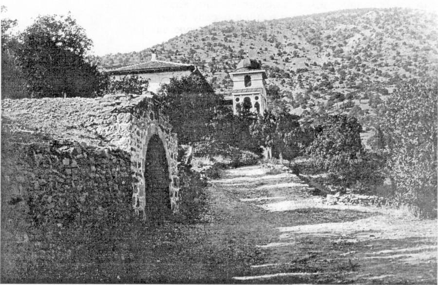Дом кн. Л.С. Голицына. Слева — вход в знаменитый винподвал. Фотография 1912 г.
