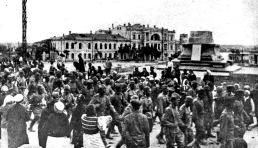 1944 - пьедестал пуст