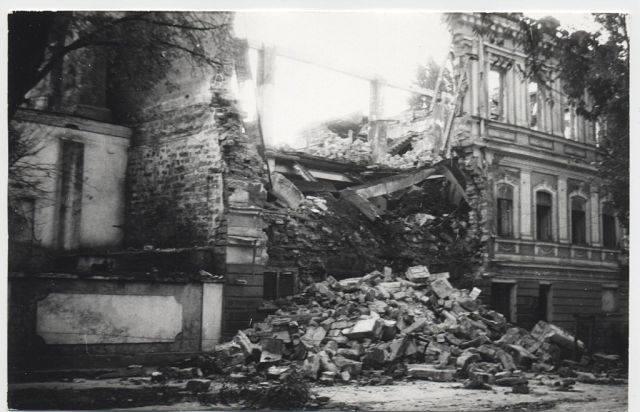 феодосийская табачная фабрика после пожара 1990 года. Вот хотя-бы в таком состоянии и нужно было память о ней и оставить нашим потомкам. (фото kafanews)