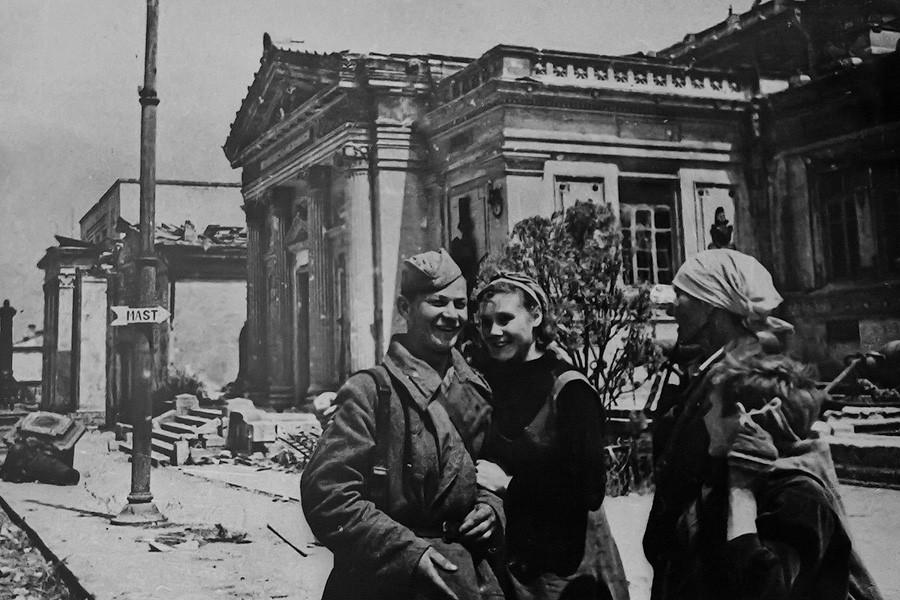 Севатсопольские женщины с воином -освободителем
