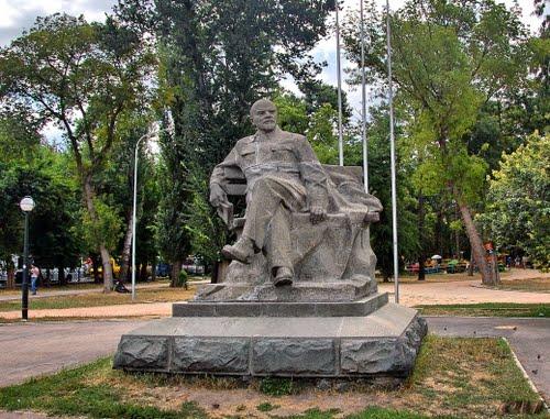 одинокий Ленин на ж.д вокзале