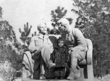 Ленин со Сталиным в пионерском саду (конец 50-х ХХ века)