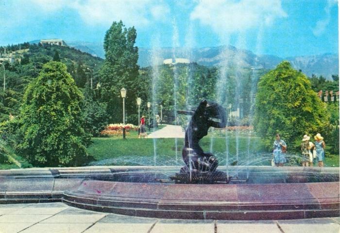 Фонтан Юность в сквере Некрасова. Открытка 1980 г.