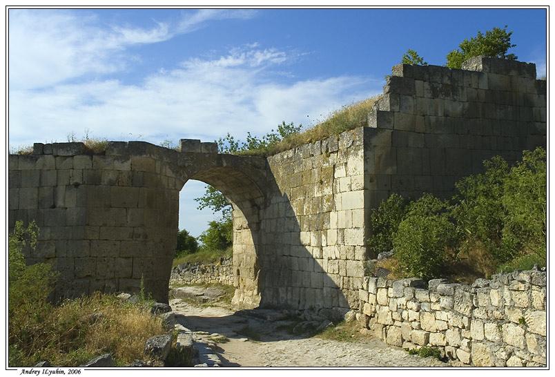 Арка ворот Средней оборонительной стены