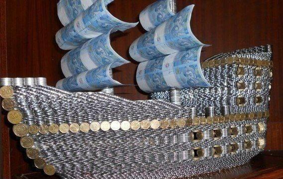 денежный корабль из монет и банкнот