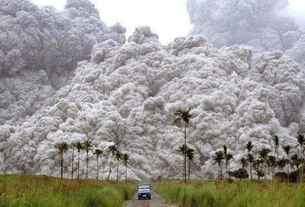 машина и облака вулканической пыли