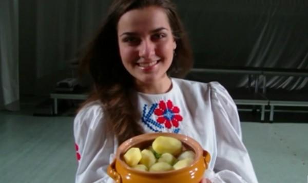 красивая девушка держит в руках вареную картошку