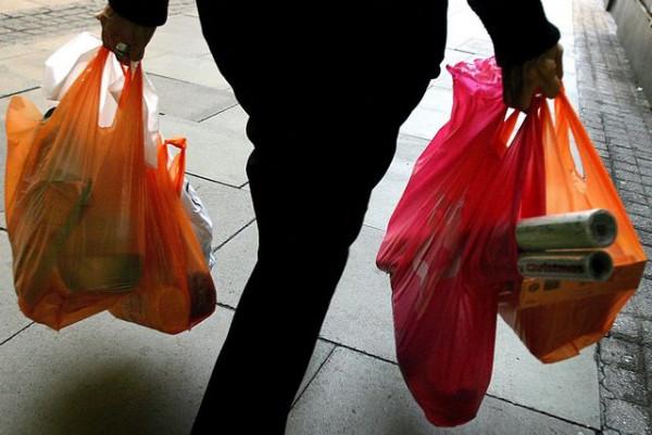 тяжелые сумки несет женщина
