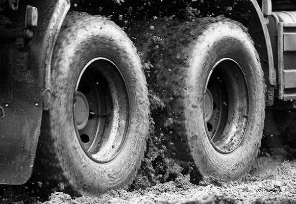 колеса грузовика шины в грязи