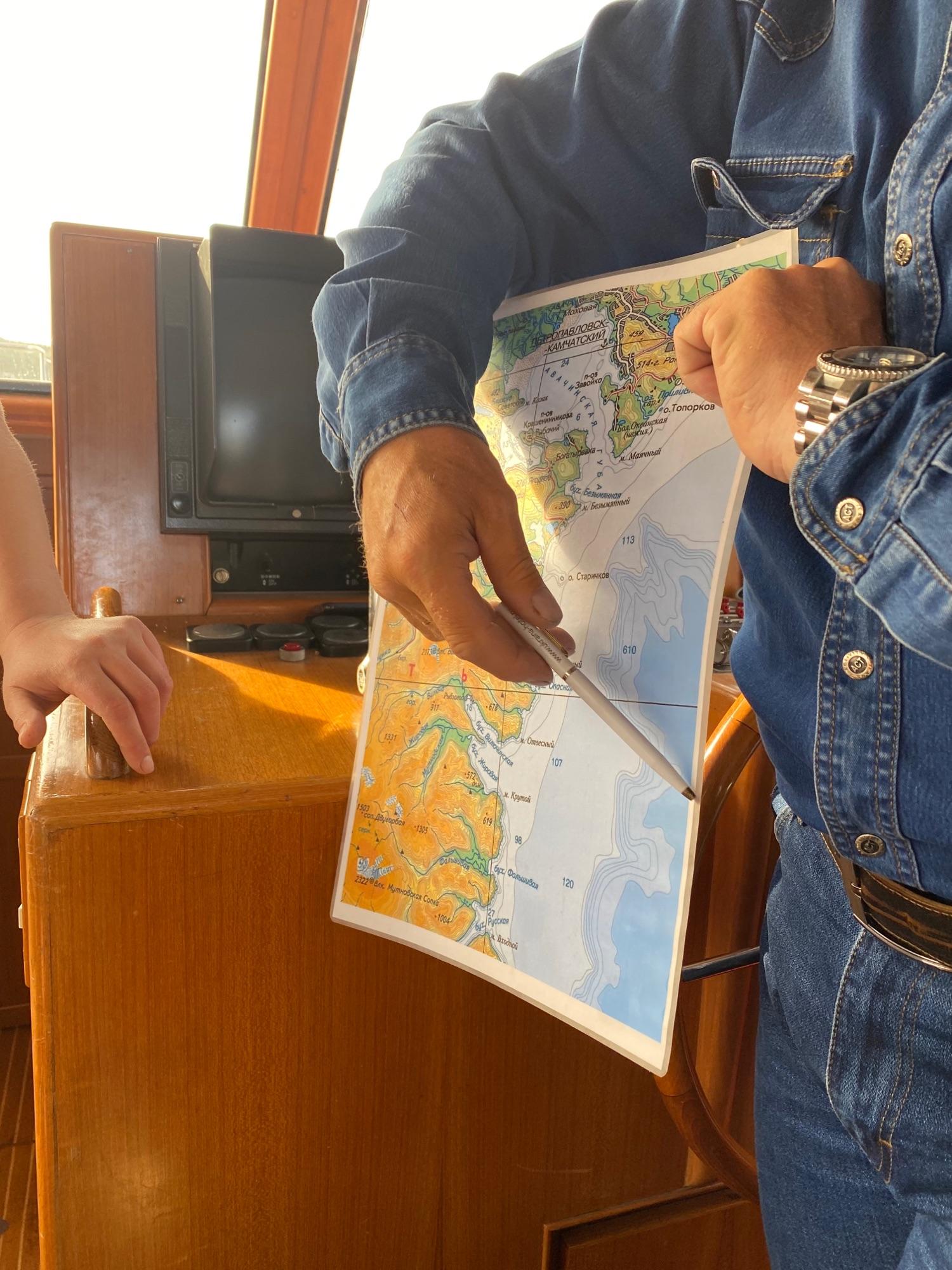 Это капитан показывает нам, откуда и куда мы поплывем