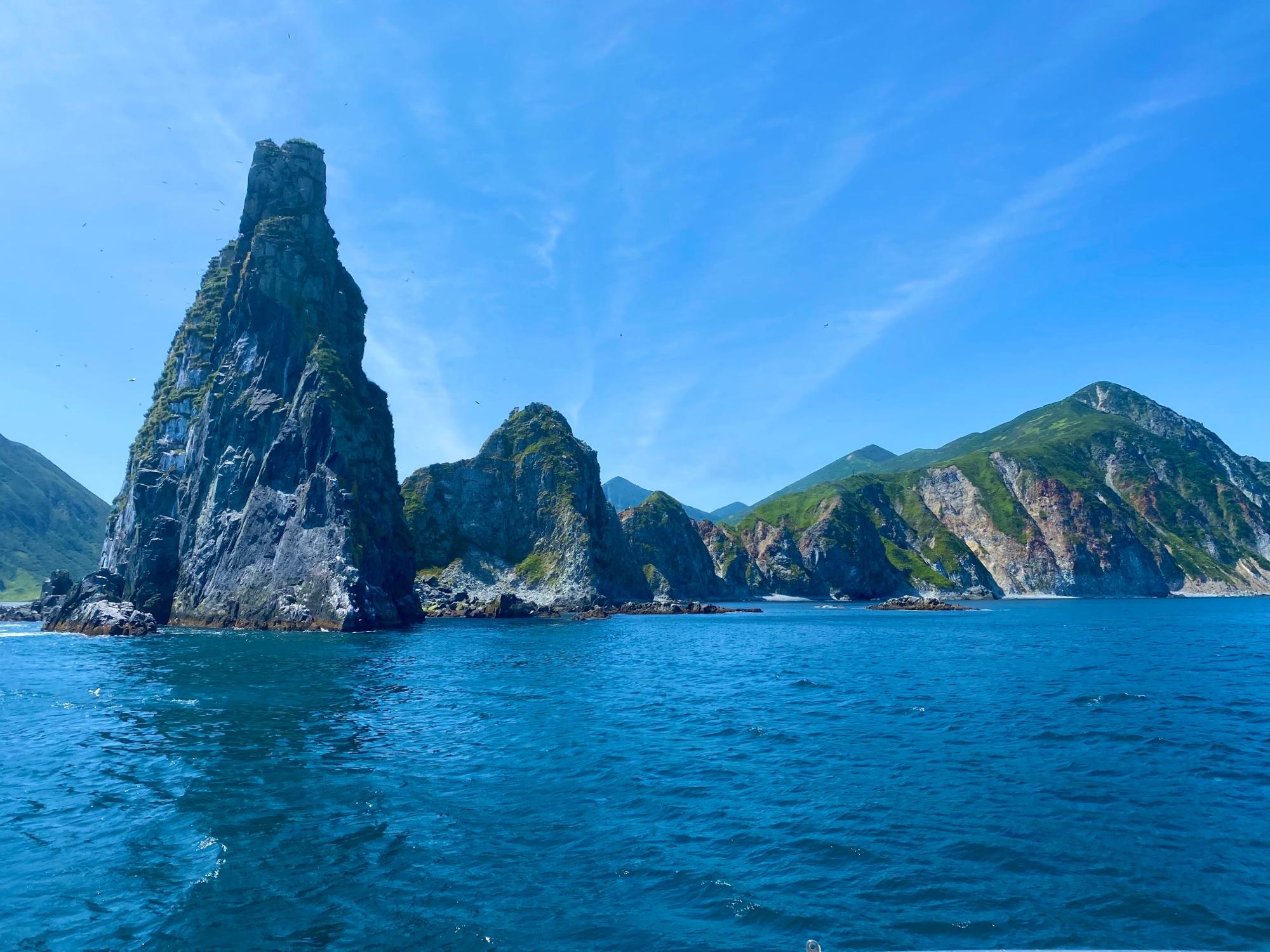 Наконец приплыли к бухте Русская. Красоты невероятные. Чем-то отдаленно напомнило мне Боко Которскую бухту в Черногории. Но тут ничуть не хуже, и есть этот особый налёт русского севера.