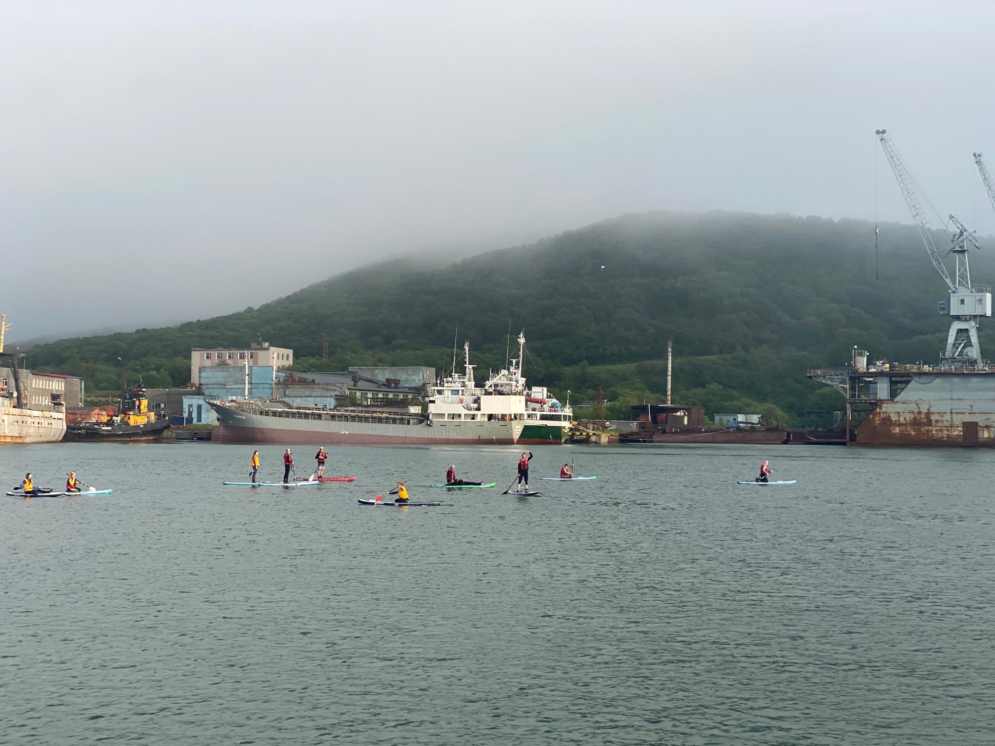 Когда заходили в порт, увидели группу людей на сапах и каяках, которые плыли куда-то в закат