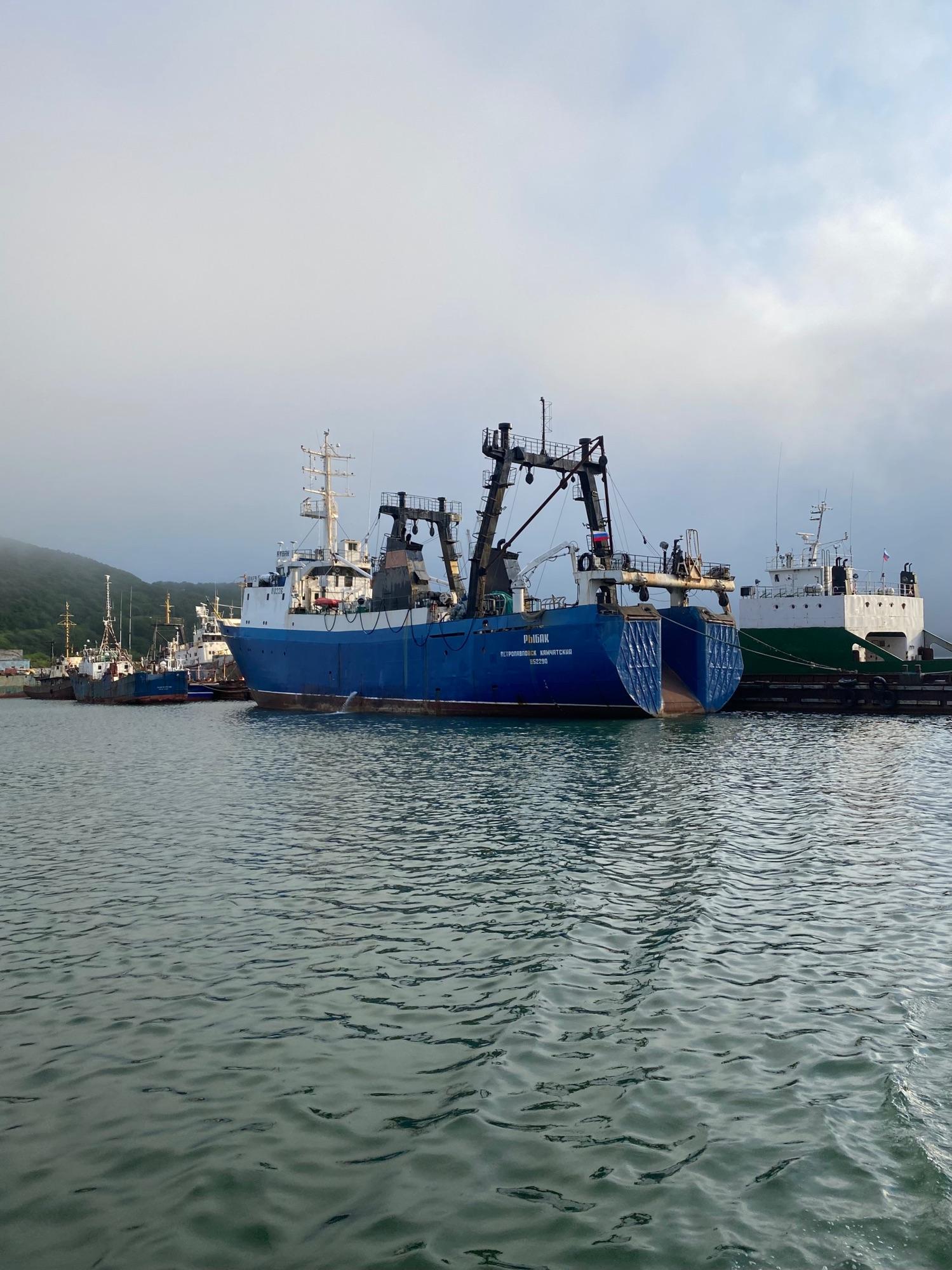 Вокруг много больших военных и рыболовных кораблей