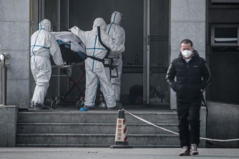 Транспортировка больного новым коронавирусом в Китае