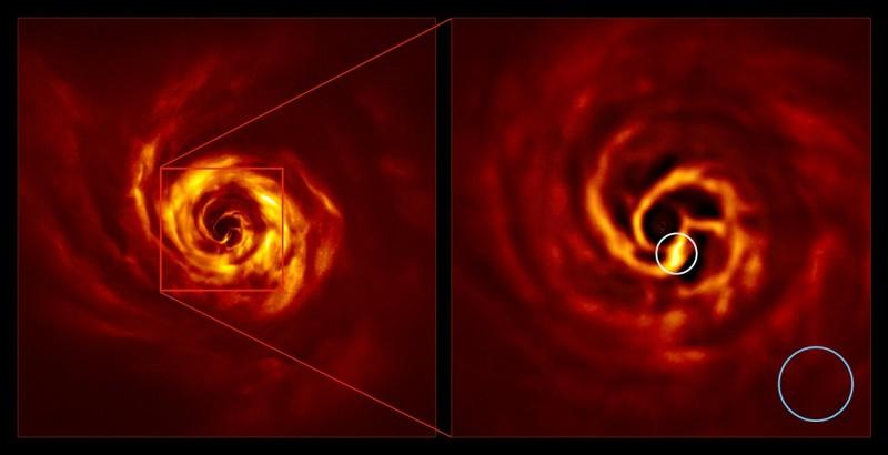 Диск газа и пыли (изображение сделано в инфракрасном свете) вокруг молодой звезды AB Aurigae (слева). Яркий узел (справа, обведенный белым) – по мнению астрономов место формирования планеты