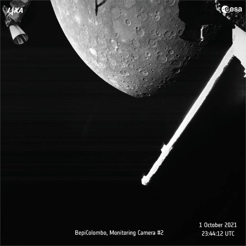 А вот и первое фото! Заснятая зона представляет собой часть северного полушария планеты, где расположены кратеры Кальвино и Лермонтов, а также равнина Сихту