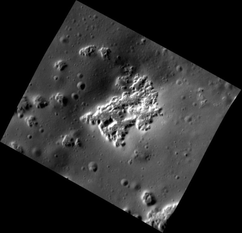 На этом снимке Меркурия с высоким разрешением показаны впадины – углубления неправильной формы. (Фото: НАСА / Лаборатория прикладной физики Университета Джона Хопкинса /Вашингтонский институт Карнеги)