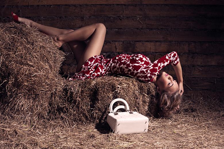 Девушка на сене в сарае