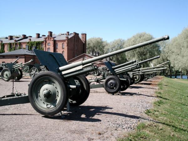 800px-76mm_m1936_F22_gun_Hameenlinna_1