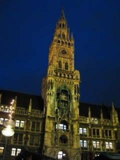 Neue Rathaus at night