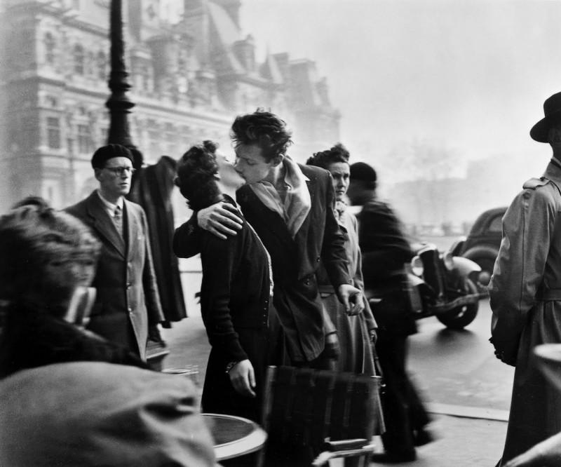 Робер Дуано. Поцелуй у здания парижской мэрии, 1950.
