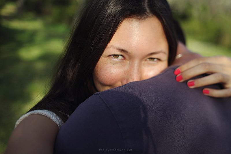Девушка очень нежно обняла яички фото 260-909