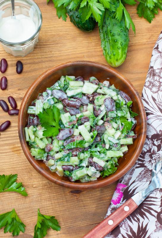 Салат из фасоли с огурцом и зеленью