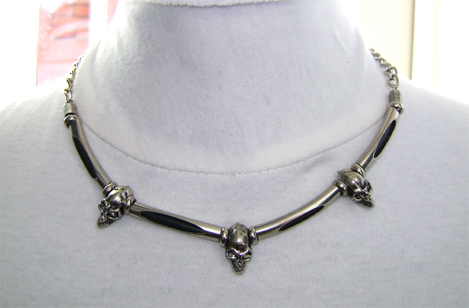 3 skull necklace on