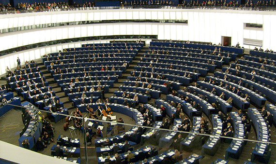Hemicycle_of_European_Parliament,_Strasbourg,_with_chamber_orchestra_performing-cropped