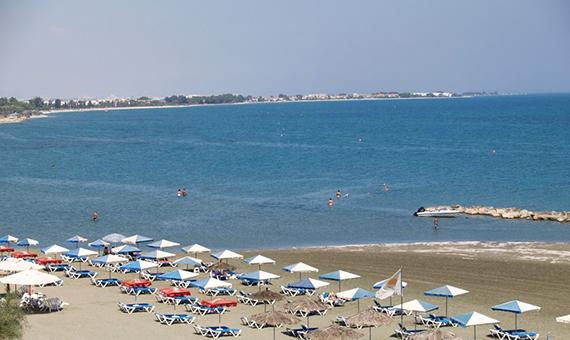 Faros_beach_in_Pervolia_village_in_Larnaca_Republic_of_Cyprus