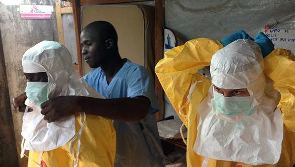 reakciya-na-ebolu-kuba-vidit-krizis-i-otpravlyaet-doktorov-ssha-vidyat-shans-i-napravlyayut-voyska