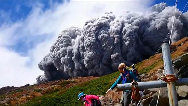 izverzhenie-vulkana-ontake-s-rasstoyaniya-v-neskolko-soten-metrov