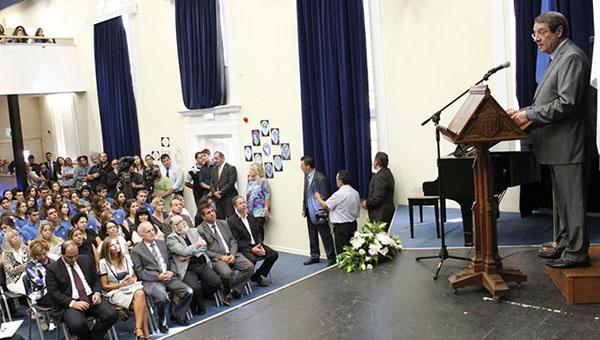 ugroza-vzryva-prezidenta-kipra-evakuirovali-iz-shkoly-pryamo-vo-vremya-vystupleniya