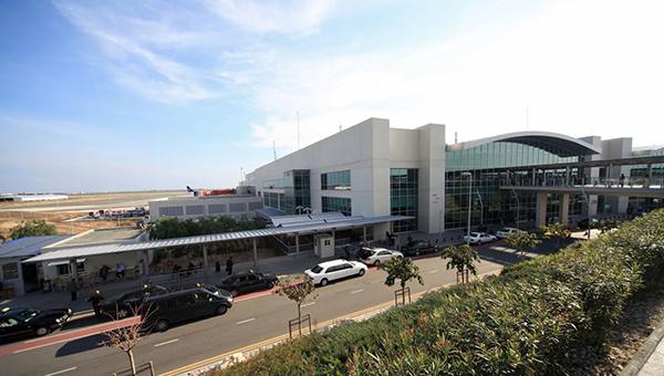 v-aeroportu-larnaki-sluzhboy-bezopasnosti-vypisan-pervyy-shtraf