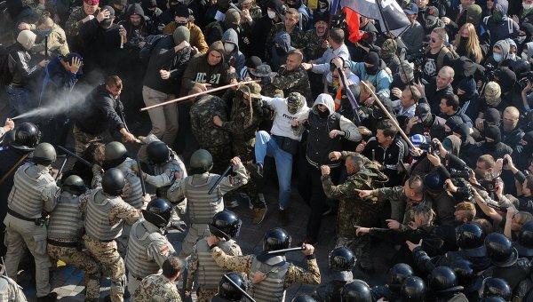 s-imenem-bandery-kievskaya-miliciya-s-trudom-otbila-napadenie-tolpy-nacionalistov-na-verhovnuyu-radu