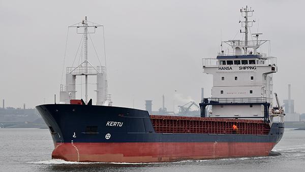 estonskiy-tanker-sel-na-mel-u-beregov-shvecii-v-more-vytekla-neft
