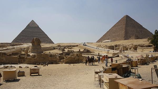v-egipte-treh-nemcev-osudili-za-krazhu-iz-piramidy-heopsa