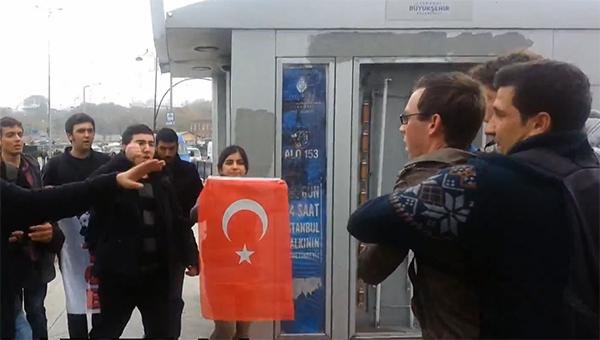 gruppa-tureckih-nacionalistov-napala-na-soldat-ssha-v-stambule