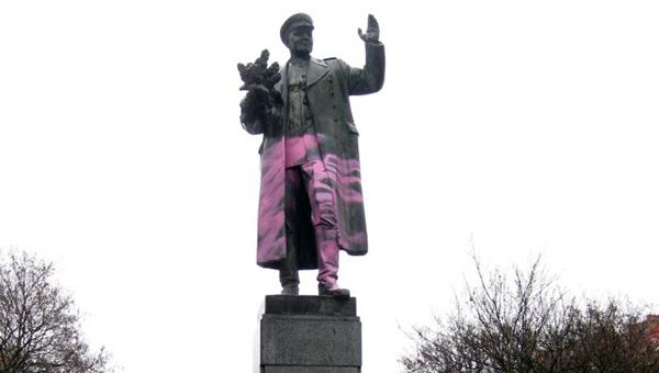 vandaly-perekrasili-pamyatnik-sovetskomu-marshalu-v-prage